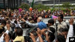 Lãnh đạo đảng đối lập Narendra Modi chào đón đám đông bên ngoài sân bay New Delhi, Ấn Độ, 17/5/2014.