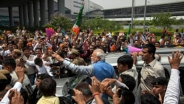 ေရြးေကာက္ခံ ဝန္ႀကီးခ်ဳပ္အသစ္ Narendra Modi တာဝန္ထမ္းေဆာင္ရန္ နယူးေဒလီၿမိဳ႕သို႔ ေရာက္လာစဥ္။ (ေမ ၁၇၊ ၂၀၁၄)