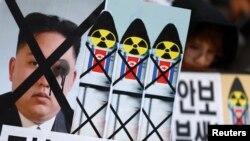 Para aktivis menggelar aksi protes anti-nuklir Korut di Seoul, 6 Desember 2012 (Foto: dok). Korsel mengukuhkan akan melaksanakan sanksi baru PBB ats Korut, meskipun memperoleh ancaman dari Pyongyang, Kamis (7/2).