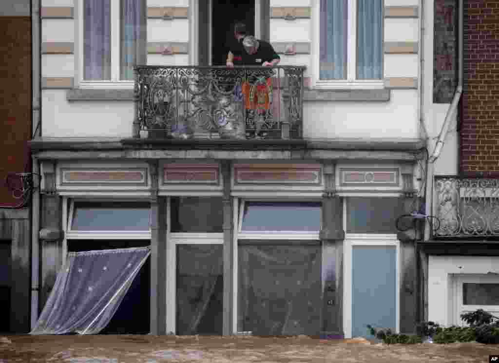 벨기에서 홍수로 6명이 숨진 가운데 물에 잠긴 빼땅스떼흐의 주택에서 구조작업이 펼쳐졌다.