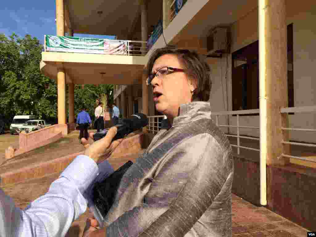 Rana Flowers, a representative of Unicef in Cambodia, talks to VOA Khmer about child mortality in front of a health department in Kampong Speu province.
