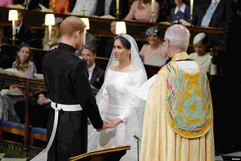 英國哈里王子和梅根·馬克爾在坎特伯雷大主教的見證下宣誓成為夫妻。