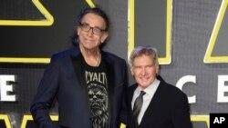ARSIP – Foto bertanggal 16 Desember 2015 menampilkan Peter Mayhew, kiri, dan Harrison Ford di penayangan perdana film 'Star Wars: The Force Awaken' di Eropa, London, Inggris (foto: Jonathan Short/Invision/AP, Arsip)