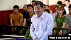 Ông Lê Quốc Bình xuất hiện tại tòa án ở tỉnh Bình Định hôm 27/5/2019. Photo Tuổi Trẻ.