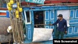 Một tàu cá của ngư dân Quảng Ngãi vừa bị tàu vỏ thép của Trung Quốc đâm thẳng vào khi đang đánh bắt trên vùng biển của Việt Nam (ảnh chụp từ TuoiTre)