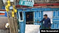 Tàu cá QNg 98137 bị tàu Trung Quốc tông vào ca bin gây thiệt hại nặng (ảnh chụp từ trang web Tuoitre)