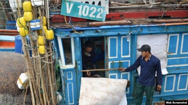 Một tàu cá của ngư dân Quảng Ngãi bị tàu vỏ thép của Trung Quốc đâm thẳng vào khi đang đánh bắt trên vùng biển của Việt Nam (ảnh chụp từ TuoiTre)