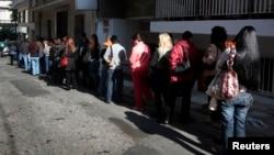 希臘曾經出現高失業率﹐市民排隊輪候申領失業救濟。([資料圖片)
