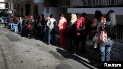 希臘雅典失業人士排隊領失業福利(2011年10月24日資料照片)