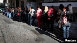 Warga Yunani yang baru saja kena PHK antri untuk mendapat tunjangan pengangguran di Athena (foto: dok). Pengangguran di Yunani mencapai lebih dari 25 persen dari seluruh tenaga kerja.