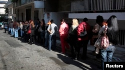 تعدادی از جویندگان کار در مقابل اداره کاریابی یونان صف کشیده اند