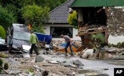 Mobil dan rumah di Hagen, Jerman, Kamis, 15 Juli 2021 terlihat hancur akibat banjir bandang. (AP)