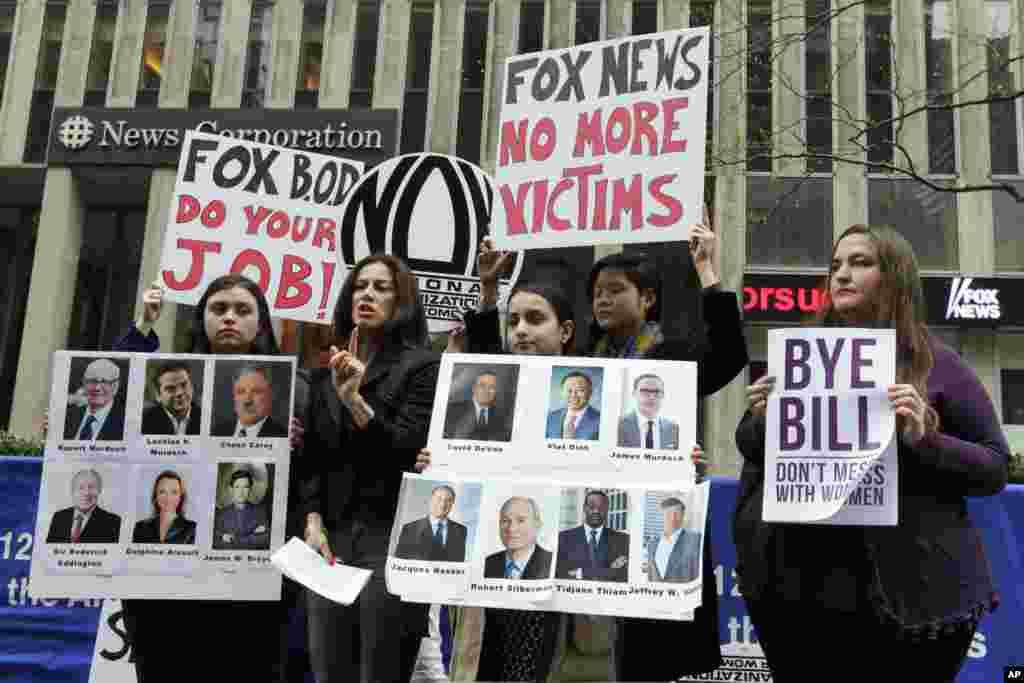 2017年4月20日,在福克斯新闻部解雇被指控对妇女性骚扰的奥莱利的一天后,妇女团体领导人在福克斯新闻总部外面讲话。