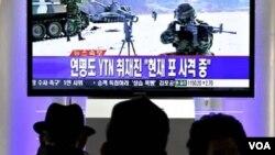En una estación del tren en Seúl, la capital de Corea del Sur, los surcoreanos siguen a través de la televisión las noticias sobre los ejercicios militares.
