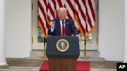 美国总统特朗普在白宫玫瑰园回答记者问题。(2020年5月26日)