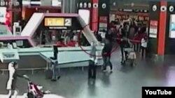 Một hình ảnh từ máy quay an ninh cho thấy một người phụ nữ mặc áo trắng được cho là cô Đoàn Thị Hương tấn công ông Kim Jong Nam hôm 13/2.