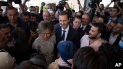 بشار اسد و همسرش اسما در یک مرکز اخذ رأی در شهر دوما در غوطه شرقی