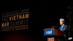 Menteri Luar Negeri Amerika John Kerry menyampaikan sambutan dalam KTT Perang Vietnam di Perpustakaan Presiden LBJ di Austin, Texas (27/4).