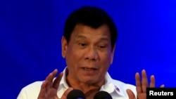 ប្រធានាធិបតីហ្វីលីពីន លោក Rodrigo Duterte និយាយថា ប្រធានាធិបតីជាប់ឆ្នោតអាមេរិក លោក Donald Trump បានជូនពរលោកឲ្យទទួលបានជោគជ័យក្នុងការបង្រ្កាបអ្នកជួញដូរថ្នាំញៀន។