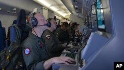 美國海軍3月16日在印度洋上空幫助搜尋失蹤的馬航MH370客機