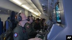 Para awak pesawat P-8A Poseidon membantu operasi dan penyelamatan pesawat Malaysia Airlines penerbangan MH370 di Samudera Hindia (16/3).