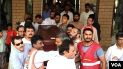 Warga Pakistan membawa jenazah wartawan Pakistan, Syed Saleem Shahzad.