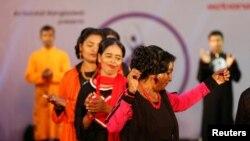 "Para penyintas serangan zat asam melenggang dalam peragaan busana ""Beauty Redefined"" yang diorganisir ActionAid Bangladesh di Dhaka, Bangladesh (7/3).(Reuters/ Mohammad Ponir Hossain)"