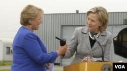 Presiden Michelle Bachelet saat menyambut kunjungan Menlu AS Hillary Clinton pekan ini.