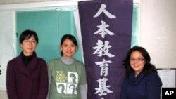冯乔兰(中)为改善教育奉献心力