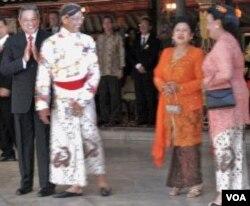 Presiden SBY dan Ibu Ani Yudhoyono berbincang dengan tuan rumah, Sultan Hamengkubuwono X dan GKR Hemas di Bangsal Kencono (18/10).