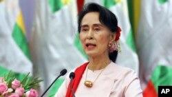باوجود موضعگیری های اخیر رهبر برما، فشارهای جهانی در برابر حکومت آن کشور بخاطر عدم رسیدگی به بحران در راخین، هنوز هم ادامه دارد