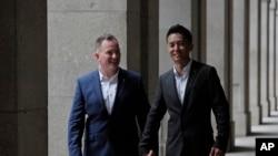 香港移民官梁镇罡和他的英籍同性婚姻伴侣史葛携手走在香港终审法院外。(2019年6月6日)
