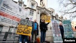 Les manifestants pro et anti-Brexit se tiennent devant la Cour suprême le troisième jour de la contestation d'une décision du tribunal selon laquelle le gouvernement de Theresa May a besoin de l'approbation du Parlement pour entamer le processus de quitter l'Union européenne,