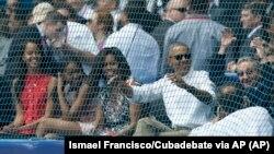 Chủ tịch Cuba Raul Castro (phải) ngồi cạnh Tổng thống Mỹ Barack Obama President Barack Obama, cùng đệ nhất phu nhân Michelle và hai người con gái của ông, xem trận đấu bóng chày giao hữu giữa đội Tampa Bay Rays của Mỹ và đội tuyển quốc gia Cuba, ở Havana, Cuba, ngày 22 tháng 3, 2016.
