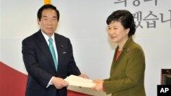 4일 한국의 박근혜 대통령 당선인(오른쪽)이 누카가 후쿠시로 한일의원연맹 간사장(왼쪽) 등 아베 신조 일본 총리 특사단을 면담했다.