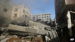 Gazze kentinde İsrail uçakları tarafndan bombalanan bir binanın enkaz