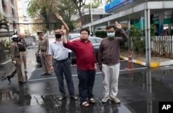 Các nhà hoạt động Somyot Pruksakasemsuk, trái, Parit Chiwarak, và Arnon Nampha giơ 3 ngón tay chào, biểu tượng của phong trào phản kháng, trước tòa hình sự ở Bangkok, Thái Lan, ngày 9/2/2021. (AP)