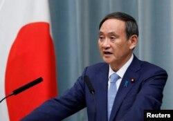 日本內閣官方長官菅義偉在例行記者會上。(資料照片)