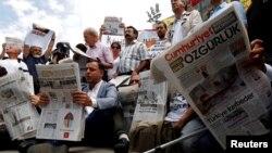 So'z erkinligi faollari hibsdagi jurnalistlarni himoya qilib namoyish o'tkazmoqda, Istanbul, Turkiya, 2017-yil, 28-iyul.