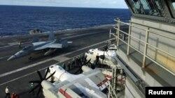 """美国海军里根号航母参加与日本海上自卫队和加拿大皇家海军在西太平洋举行的大规模""""利剑""""联合军演。(2018年11月3日)"""