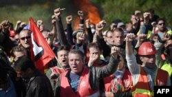 Serikat buruh Perancis melakukan pemogokan dan unjuk rasa di Donges, Perancis barat, Senin (30/5).