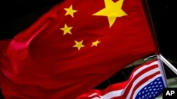 베이징 주재 미국 대사관에 중국 오성기와 미국 성조기가 나란히 걸려있다. (자료사진)