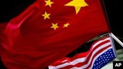 베이징 주재 미국 대사관에 걸린 미국과 중국 국기. (자료사진)
