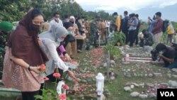 Warga melakukan tabur bunga di lokasi pemakaman massal korban bencana alam gempa bumi 2018. Senin, (28/9/2020) Foto : Yoanes Litha
