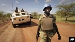 Un casque-bleu onusien patrouillant à Abyei
