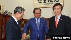 윤병세 한국 외교부 장관(오른쪽)과 김관진 국방장관(왼쪽)이 21일 국회로 안홍준 외교통일위원장(가운데)을 방문해 미한 방위비분담 특별협정 비준동의안의 조속한 처리를 요청하고 있다.