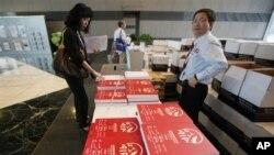香港的潜在投资者拿取友邦保险公司的招股说明书