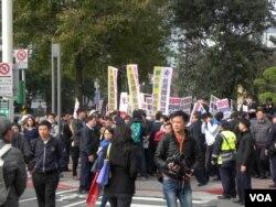 抗议民众在会场外示威。(美国之音许波拍摄)