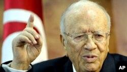 تیونس کے وزیر اعظم بیجی سائد اسبسی جمعہ کو نیوز کانفرنس سے خطاب کرتے ہوئے۔