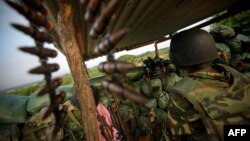 Seorang tentara Burundi yang tergabung dalam pasukan Uni Afrika, siaga di utara ibukota Mogadishu (foto: dok).